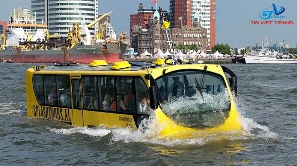 xe buýt đi trên sông